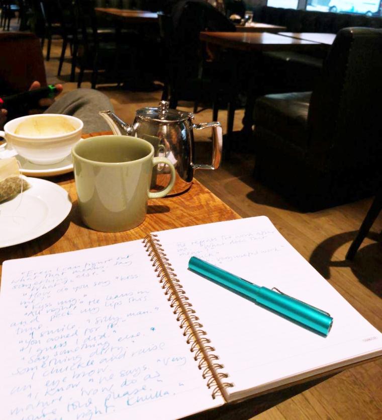 skriva på cafe