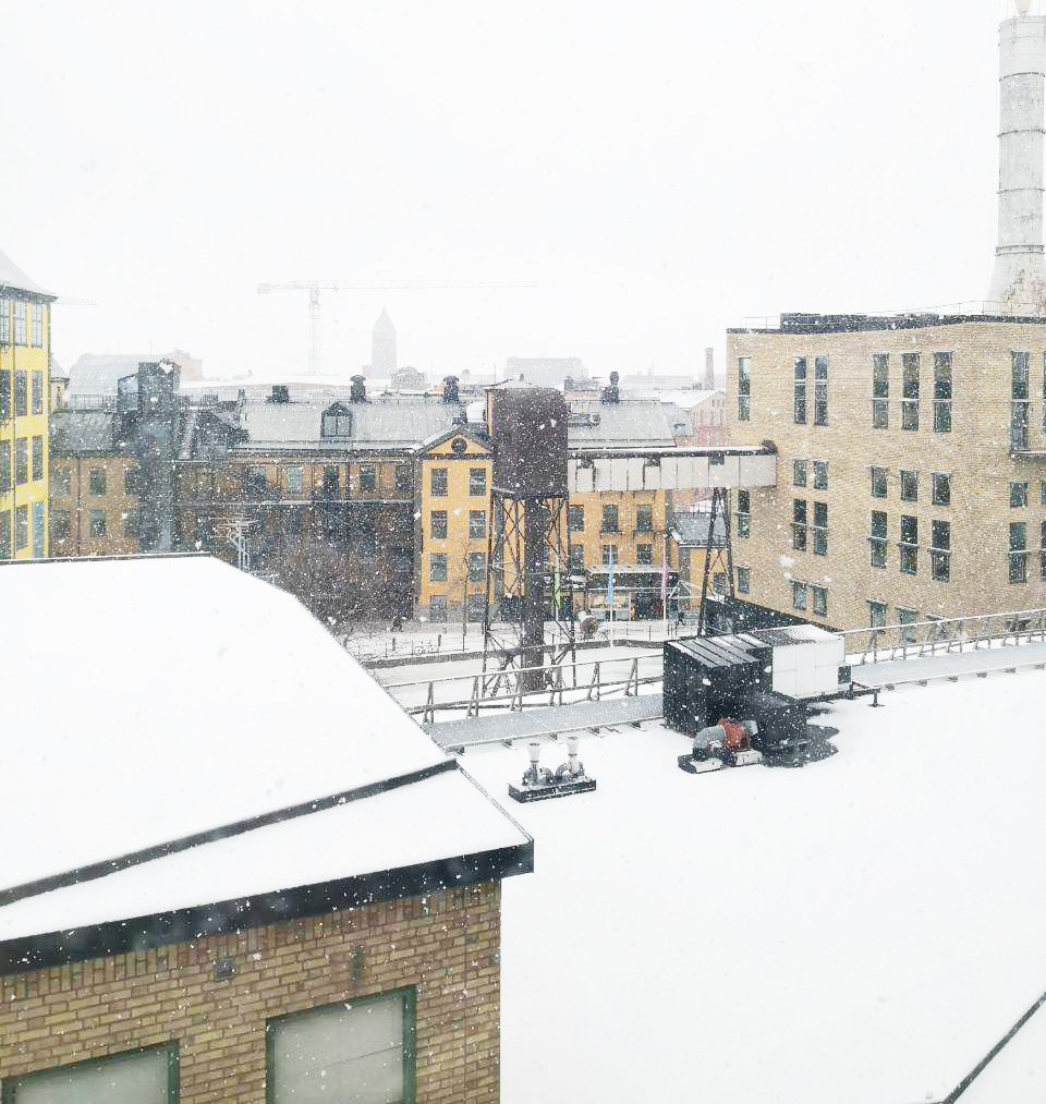 snöar